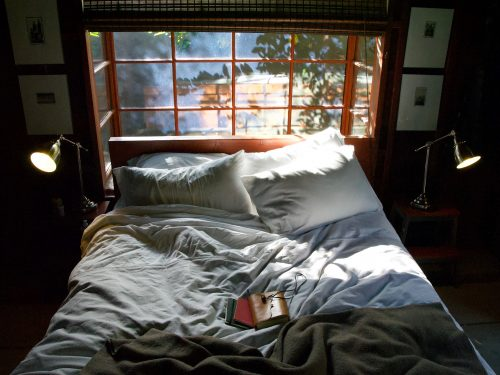 white-linens-bed-pillows_messy-bed_by-Molly-Beauchemin