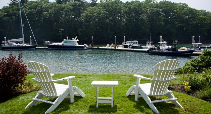 adirondack-chairs-in-the-sunlight_private-room-yachtsman-hotel